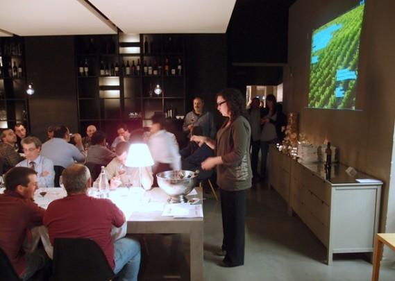 Ester realizó la cata de los vinos Martín Faixó / Foto: Envinats